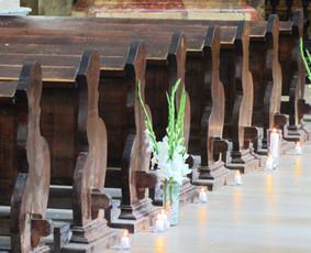"""Žvakėmis, baltais akmenukais ir gėlėmis dekoruotas takas iki altoriaus. Vestuvių tema - """"Balta - mėlyna"""" (2014.08.15). Panaudotos vazos: http://www.vestuvinesdekoracijos.lt/ilgoji-stikline-vaza ..."""