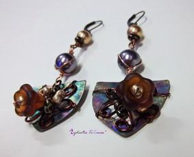 Puošnūs auskarai su titanu , swarovski perlais, variu.