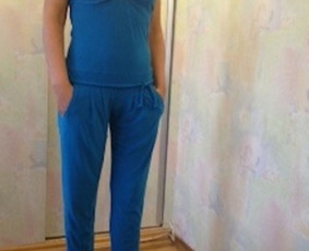 Mėlynos spalvos kombinezonas padailintas surišama pinta juostele ties krūtine ir klubais..  Ūgis 160 cm. Dydis 34-36.