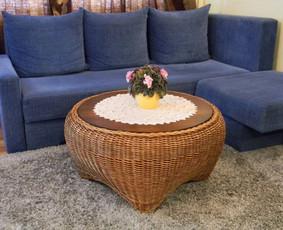 Pintas kavos stalas,kuris dera ne tik prie pintų krėslų. Matmenys: 95cm skersmuo, 48cm h. Kaina 110€.