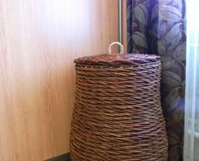 Talpi dėžė,nupinta įdomiu vytelių raštu ir spalva. Matmenys: 64cm skersmuo, 72cm h. Kaina: 60 €.