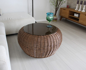 Kavos stalas su stiklu. matmenys: 80cm skersmuo, 40cm h. Kaina: 110 €.