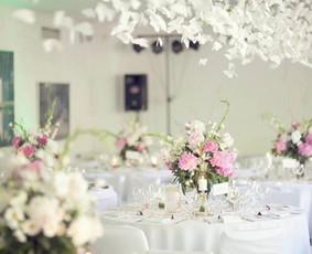 """Drugių ir bijūnų tematikos vestuvės (2014.06.07). Manoji pakabinama dekoracija """"Drugių šokis"""" (http://www.vestuvinesdekoracijos.lt/), stalo numeriai, stalo kortelės, žvakidės. Puokštės kur ..."""