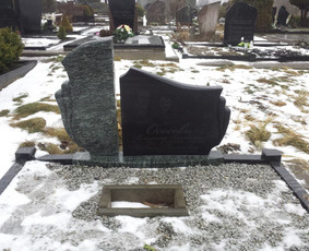 Paminklai, antkapiai, granito plokštės kapo dengimui . .