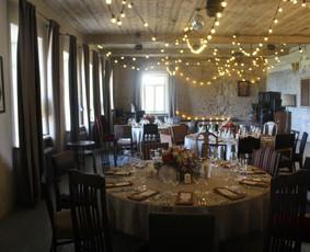 Salės dekoras - stalai bei lemputės
