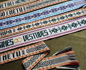 Įvairių spalvų ir raštų tautinės juostos. Tekstą galima rinktis.