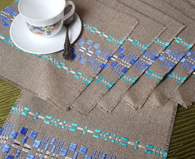 Įvairių spalvų šilko raštais puoštas servetėlių komplektas (staltiesėlė ir 6 servetėlės).