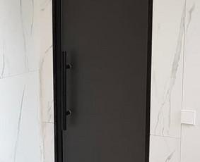 Dažyta aliuminio stakta / 8mm matinis grūdintas stiklas