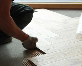 Kokybiškas parketo, parketlenčių, laminuotų grindų klojimas.