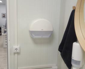 Vonios priedų kabinimas - popierinių rankšluosčių laikiklis.