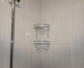 Vonios šampūno lentynėlės kabinimas.