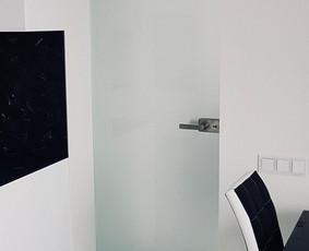 Matinio grūdinto stiklo durys / nerūdijančio plieno furnitūra