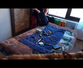 Meistras rodo, kaip greitai galima susidėti įrankius į kuprinę.