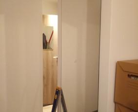 Veidrodžio pritvirtinimas prie sienos.
