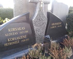 Raidžių, portretų kalimas ant paminklų kapinėse.