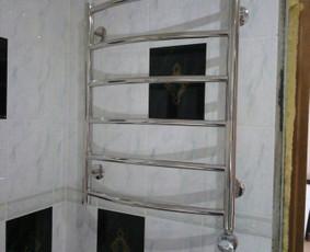Vonios gyvatuko - radiatoriaus montavimas, prisukimas, kabinimas prie keraminių plytelių sienos