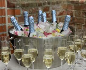 Unikalių šampano staliukų nuoma su profesionale barmene