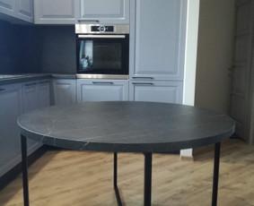 Apvalaus stalo viršus pagamintas iš HPL laminato, stalo rėmas metalinis dažytas milteliniu būdu.