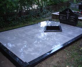 Restauruota - renovuota sena kavietė. Atstatytas paminklas, suklijuotos granitos juostos. Suklijuotas pilko granito plytelės. Įmontuotas kapų rombas gėlėms.
