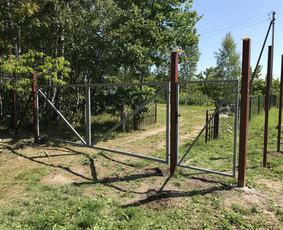 Dvivėriai kiemo vartai ir varteliai.