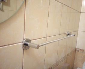 Blogai pakabinto / sumontuoto rankšluosčio laikiklio permontavimas, kad neklibėtų ir nebūtų nusviręs.