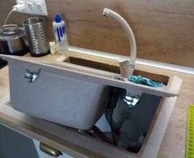 Virtuvinės plautuvės sandarinimo darbai, kad ištiškęs vanduo nevarvėtų spintelėje