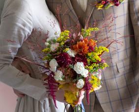 Nuotakos, jaunikio, liudininkų, pulko vestuvinės puokštės ir kt.  Šventiniai gėlių lankeliai, apyrankės ir kita atributika.
