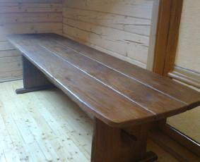 Mediniai laiptai, medinės lovos, mediniai stalai