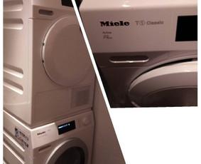 Du viename 2in1 - skalbimo mašinos ir džiovyklės pastatymas ant specialaus rėmelio. Taip sutaupoma daugiau vietos.