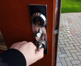 Pagrindinių lauko durų spynos remontas: neužsirakino iš vidaus.