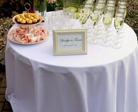 Šampano / vaišių staliukas po santuokos ceremonijos
