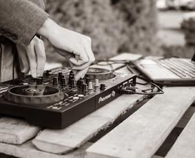 DJ Paslaugos 80's 90's stiliumi su gera muzika, nuostabiomis akimirkomis bei nepamirštamais įspūdžiais!