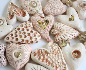 Menojos keramikos dirbiniai žydi išraiškingais žiedais
