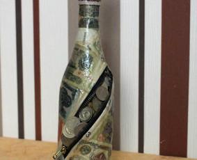 Dekoruotas butelis tikrais bet nebegaliojančiais pinigais,monetomis. Kamštelis nusiima atidarant nepažeidžiamas dekoras.