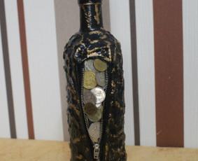 Dekoruotas butelis makrame technika, monetomis, įvairiu šalių. Kamštelis nusiima atidarant nepažeidžiamas dekoras.