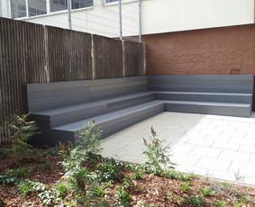 BIO kompozito suolas Vilniaus mokyklos kieme. Patogi, jauki vieta vaikams pailsėti pertraukų  metu ar mokytojoms vesti pamokas gamtoje.