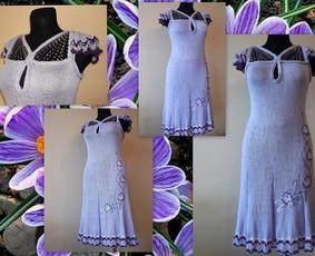 Virbalais megzta suknutė trumpomis rankovėmis. Megzta iš 100%-viskozės, puošta aplikacijomis ir dekoratyviniu siūlu.