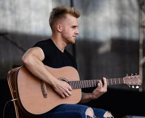 Gitaros, muzikos mokytojas Karolis :)