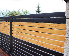 Stumdomi kiemo vartai su metalo-medžio intarpais.