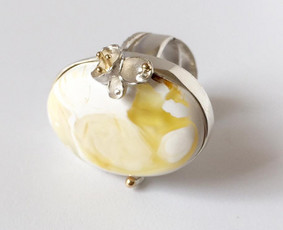 Žiedas su gintaru, sidabru ir auksu