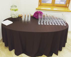 Ruošiame stalus biurų šventėms. Foto: banko filialo atidarymas