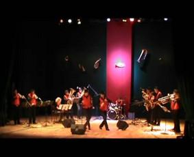 """Vyšnių sodas (""""Cherry pink & apple blossom white""""). Koncertas Biržuose 2014 m. Groja """"Biržų brass band"""" ir diksilendas """"Jump jazz"""". Vadovas - Aurimas Puluikis, solo trimitu - Justinas Straukas."""