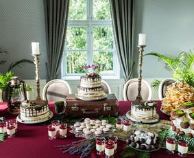 Šventinio staliuko kurtas dekoras saldžiąjam stalui.