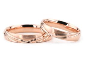 Raudono aukso vestuviniai žiedai.