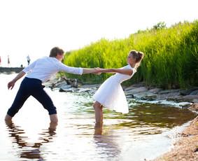 Žaisminga vestuvių fotografija