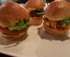 Mini burgeriukia - puikiai tinka vietoj vieno kąsnio užkandelių