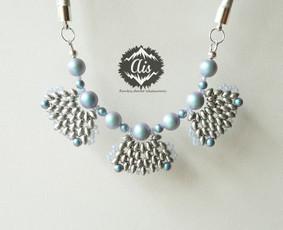 """""""Lyg vėduoklės"""" vėrinys, tokio vėrinio kaina - 19,99 Eur. Sudėtis: Swarovski kristaliniai perlai, Preciosa stiklo karoliai, bižuterinio metalo detalės, dirbtinė oda."""