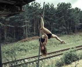 Mūsų studijoje pats šauniausiais kolektyvas. Dėl to, galime sau leisti kartu vykti į gamtą ir joje džiaugtis pole dance. :)