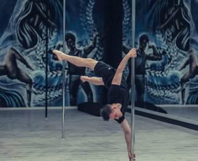Pole dance pamokose laukiami ir vyrai. Akcentas į vyriškus triukus, judesiai griežtesni.