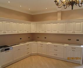 Virtuvė ,karkasas dažyta medžio plokštė.Fasadas  - frezuotas dažytas MDF.Puošta piliastrais ir karnizu.